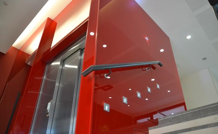 Logo Rhone-Alpes Glass | spécialiste vitrerie et miroiterie à Lyon depuis 25 ansEscalier rouge